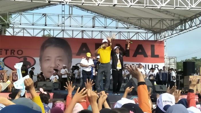 Walikota Metro Bersama Arjuna Bernyanyi Bersama Peserta Jalan Sehat