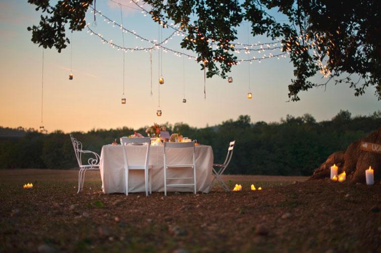 Mesa sencilla en el campo: huele a verano