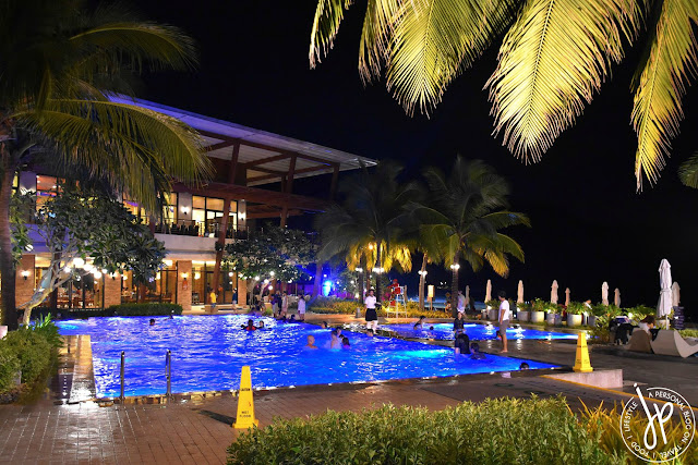 night swimming, infinity pool, coconut trees