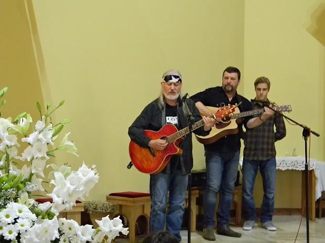 muzycy country grali i śpiewali podczas mszy świętej w kościele w Wolsztynie