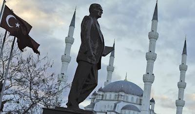 Ενας από τους άπειρους ανδριάντες του (πάντοτε κομψού) Κεμάλ, που απαντούν σε όλη την Τουρκία.