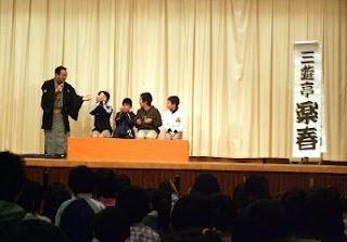 生徒が笑顔で楽しく参加。落語体験コーナーの風景です。