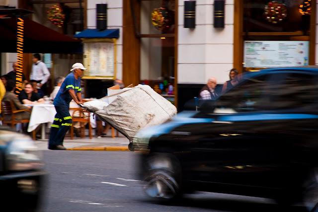 Cartonero en plena calle
