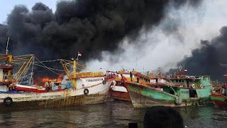 Kapal Ikan Di Muara Baru Terbakar