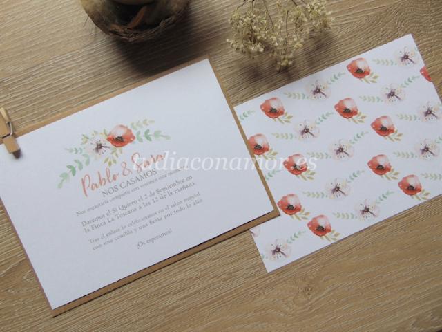 Invitaciones de boda estilo tarjetón con flores pintadas en acuarela y fondo blanco