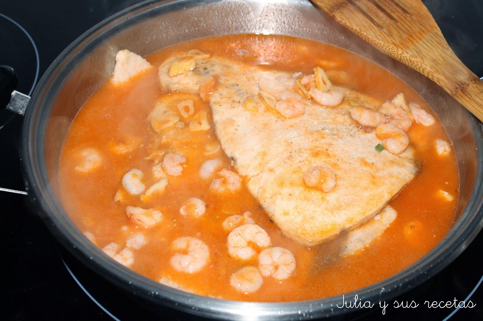 Julia y sus recetas pez espada en salsa de gambas for Cocinar pez espada