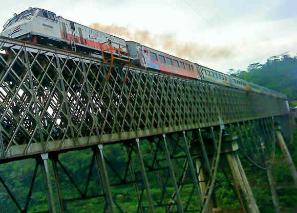 Kereta Api di Atas Jembatan Cirahong (Foto by Nakagawa Heri)