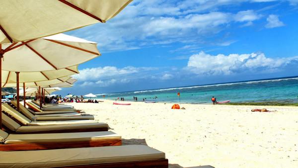 Tenda berjemur di Pantai Pandawa Bali