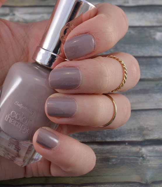 Sally Hansen color therapy Nagellack Steely Serene Tragefoto