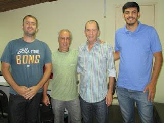 Fabiano Basílio, Leandro Nobre, secretário de Turismo Elias Martins e Maicon Rocha: parceria pela produção do mapa de trilhas de Teresópolis