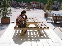mesa exterior para comer hecha con palets