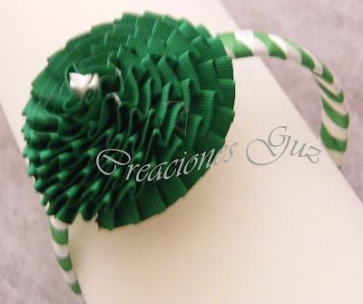 diadema base trenada a 4 cabo en blaanca y verde, flor de otomam plizado en verde, ideal niñas