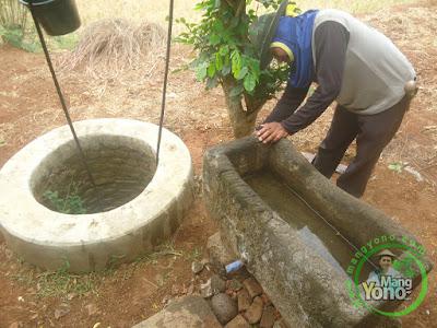 FOTO 2 :   Solusi mengatasi bak mandi cepat rusak dan sering hilang   ganti dengan bak mandi batu saja ... Hehehe