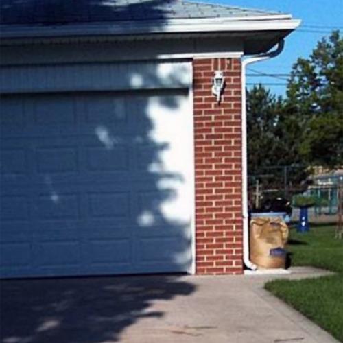 Garaj kapısında ağaç gölgesinin oluşturduğu gizli insan yüzü