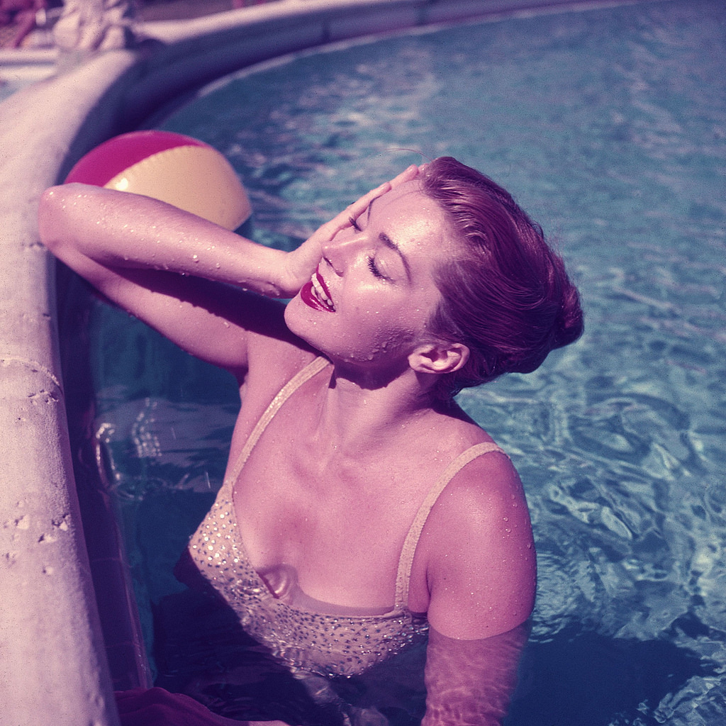 30 Stunning Color Photos Of Classic Female Celebrities Through Slim Aarons 39 Lens Vintage Everyday