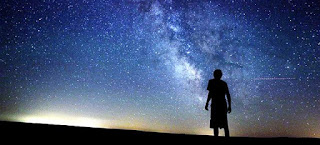 Astrologo observando el cielo