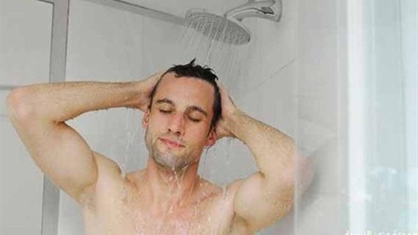 احذر ..  هذا الشىء الخطير  تفعله قبل وبعد الإستحمام يسبب لك مرض السرطان القاتل !!! إنتبه لهذا الأمر