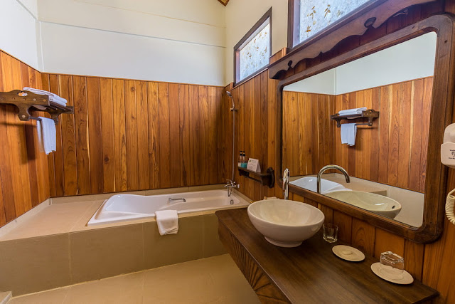 Bañera del baño de la habitación doble del hotel Spring Lodge Inle