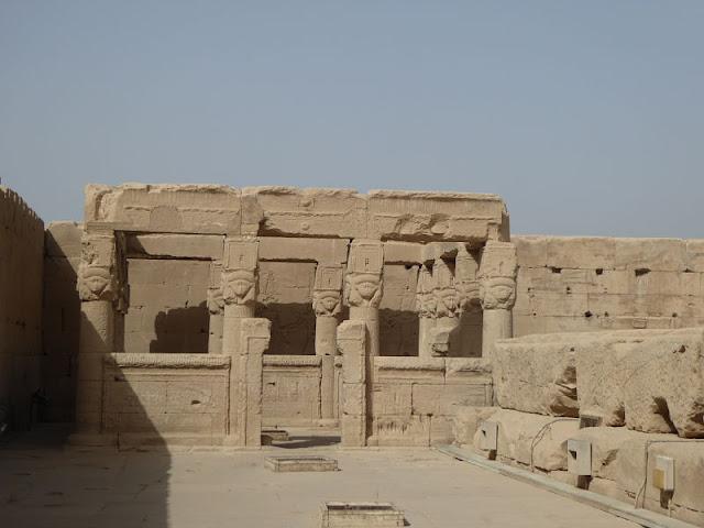 chiostro  nel tempio di dendera