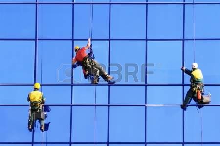 Chiste: Compañerismo  Conyugal, en los últimos pisos de un edificio muy alto.Tres obreros limpiaban las ventanas uno  de ellos, de nombre Juan, tuvo necesidad de ir urgentemente al baño y decidió descender con su silleta hasta la planta baja.