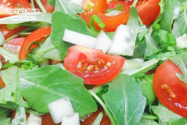Диетический салат с рукколой, огурцами и помидорами