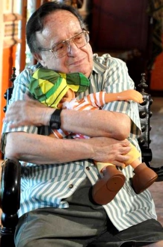 Foto de Roberto Gómez Bolaños abrazando a su chavito