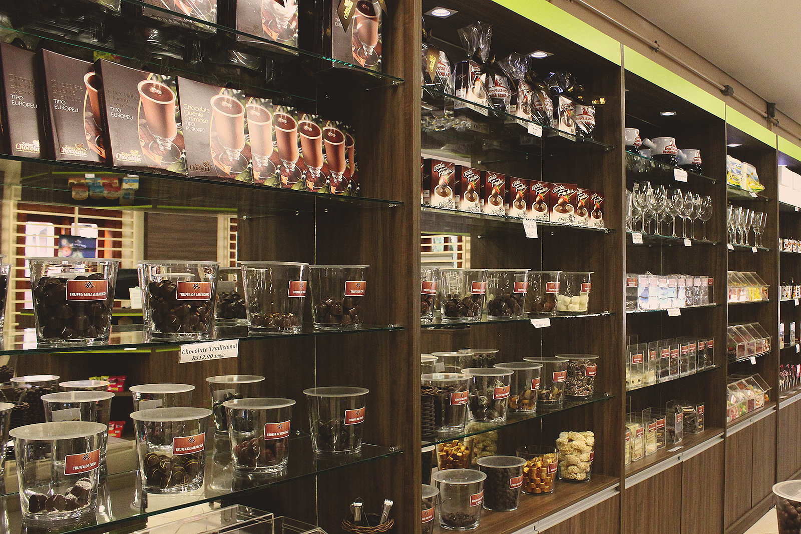 prateleira loja chocolate