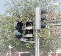 Detalle de un semáforo en verde