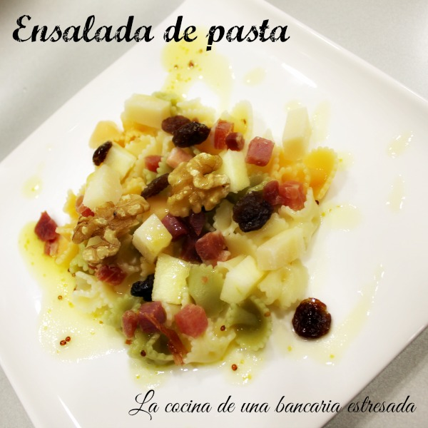 Ensalada de pasta, manzana, parmesano, nueces, pasas y vinagreta de miel y mostaza