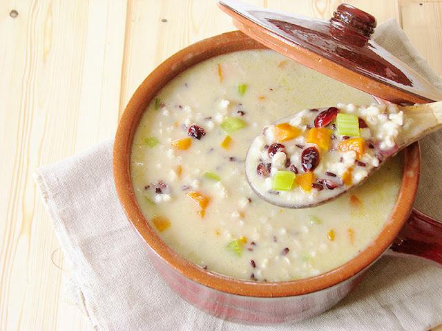 Soupe VEGAN à l'orge perlée, riz nérone et cranberries.