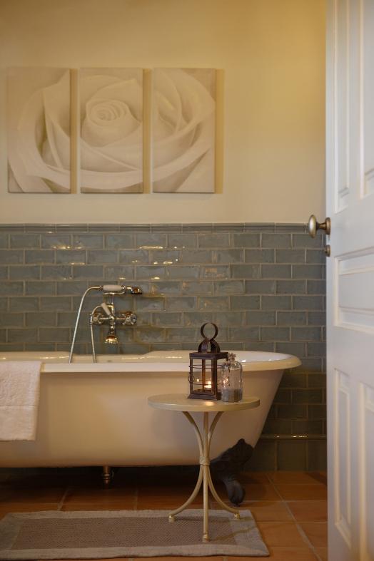 baño con bañera exenta la mozaira chicanddeco