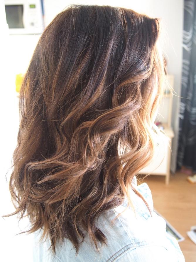 hiusten värjäys vaaleasta punaiseksi