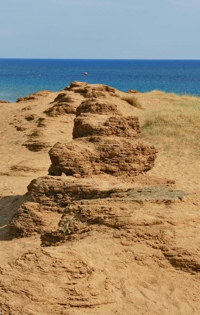 The forms of sandstone weathering on the dune between the sea and the lake Korisson. Corfu. Greece.  Формы выветривания песчаника на дюне между морем и озером Кориссон. Остров Корфу. Греция.