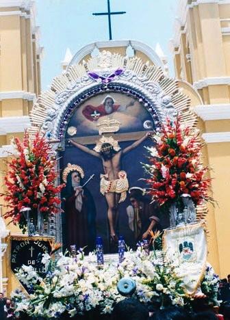 Foto del Señor de los Milagros saliendo de una iglesia