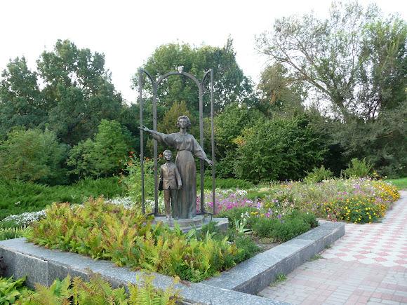 Нежин. Памятник учительнице возле нового корпуса университета