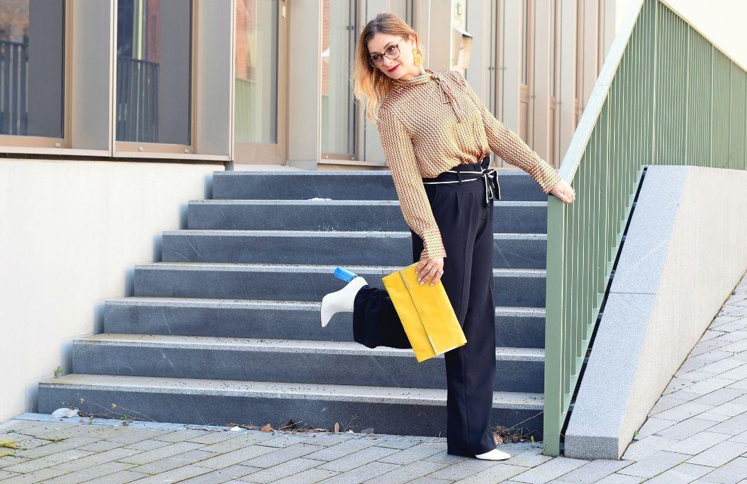 Business Look mit schwarzer Hose und Bluse mit Muster