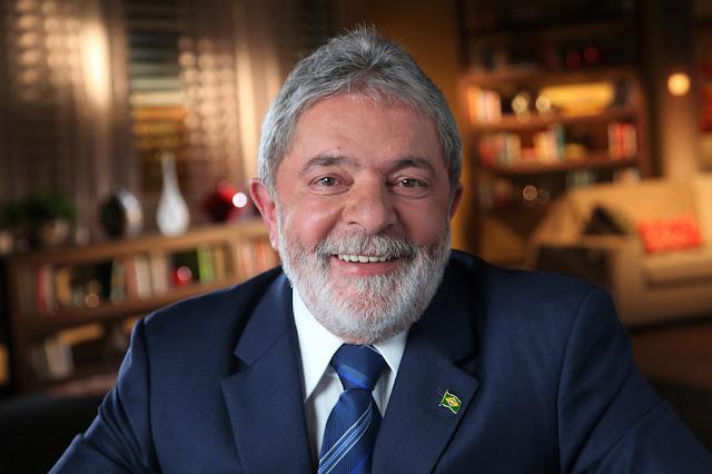 Ex-presidente Lula acorda com a PF na sua porta