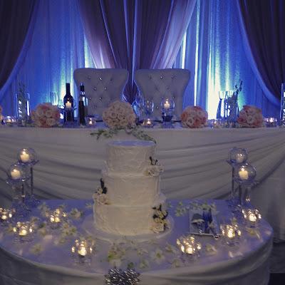 mesa dos noivos com bolo ao centro