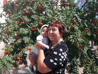 Рябина, бабушка, внук