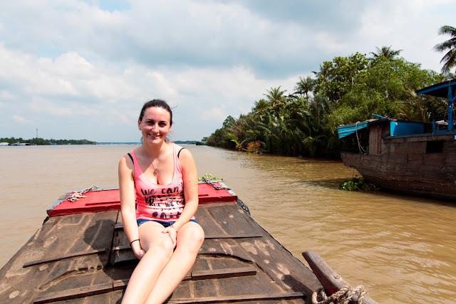 Lena en el barco navegando por uno de los canales principales del delta del Mekong