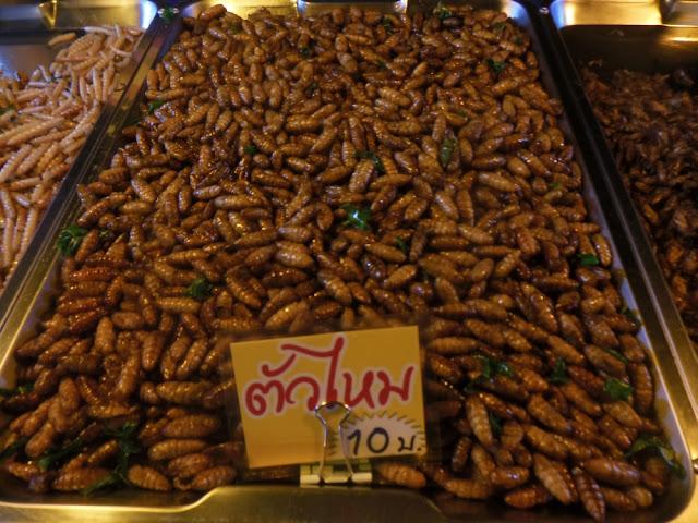 kuchnia azjatycka, street food azja, co zjeść w azji, tajlandia, malezja, wietnam, kambodża, jedzenie, smażone robaki
