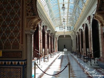 Galería Central del Casino de Murcia donde a modo de calle se distribuyen las salas.