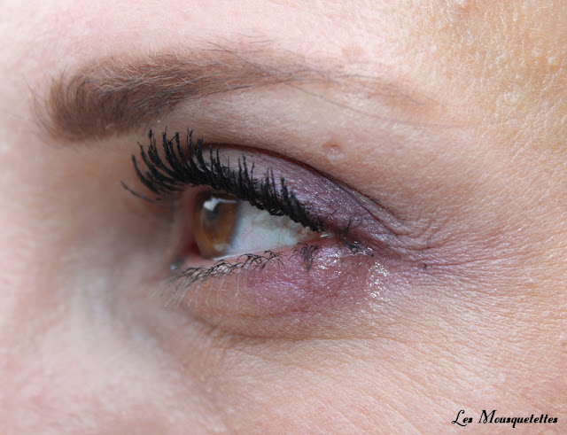 Pose du mascara Bourjois Volume Glamour Push Up - Blog beauté Les Mousquetettes ©