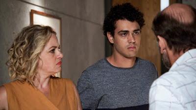 Guga (Pedro Alves) ameaça Max (Roberto Bomtempo): 'Vou acabar com essa palhaçada' — Foto: TV Globo