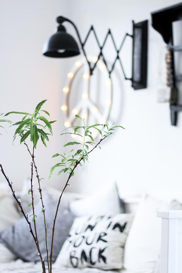DIY Peacezeichen Leuchtobjekt im Hintergrund mit Tagesbett und Kissen