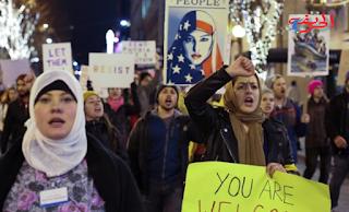 الناس يسيرون من خلال وسط مدينة سياتل خلال مظاهرة عقدت ردا على حظر الرئيس دونالد ترامب السفر، في سياتل، واشنطن، الولايات المتحدة 29 يناير 2017. رويترز / ديفيد رايدر
