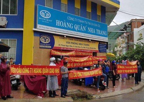 Khách hàng HQC Nha Trang căng băng rôn đòi nhà