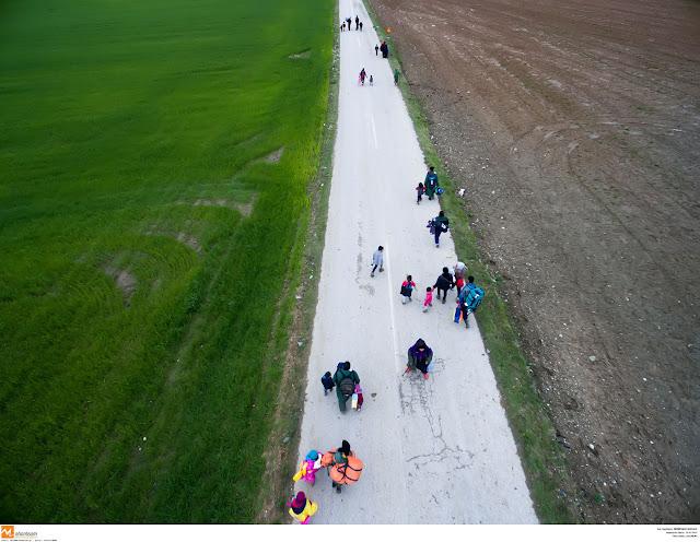 """Τα """"καραβάνια"""" των μεταναστών που διασχίζουν την Εγνατία Οδό"""