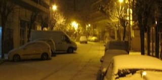 Viral βίντεο: Ντελιβεράς βγήκε μέσα στον χιονιά στην Κοζάνη για να παραδώσει παραγγελία