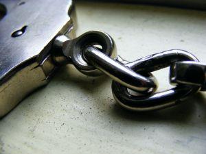 «Είναι αλήθεια ότι οι έλληνες αστυνομικοί θα επιχειρήσουν να συλλάβουν τον Τόμσεν, τον Ντερόουζ και τον Μαζούχ;».